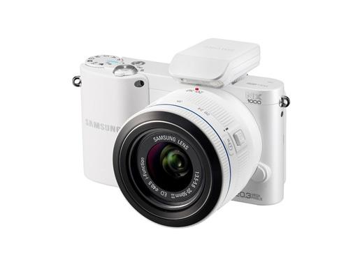 Samsung  NX1000 — это ультракомпактная камера с привлекательным и эргономичным дизайном. Она доступна в корпусах белого и чёрного цветов и отличается мощным функционалом. Технологии Smart Auto 2.0 и Smart Link Hot Key максимально упрощают процесс съёмки и позволяют мгновенно передавать изображения